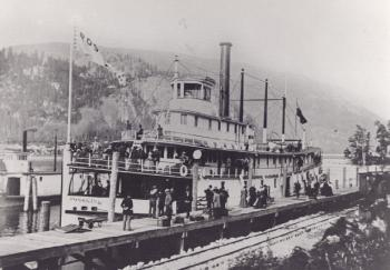 Fivesm.jpg - 11326 Bytes the stern wheeler 'Rossland' at Robson West